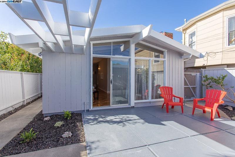 Частный односемейный дом для того Продажа на 1207 CARLETON Street Berkeley, Калифорния 94702 Соединенные Штаты
