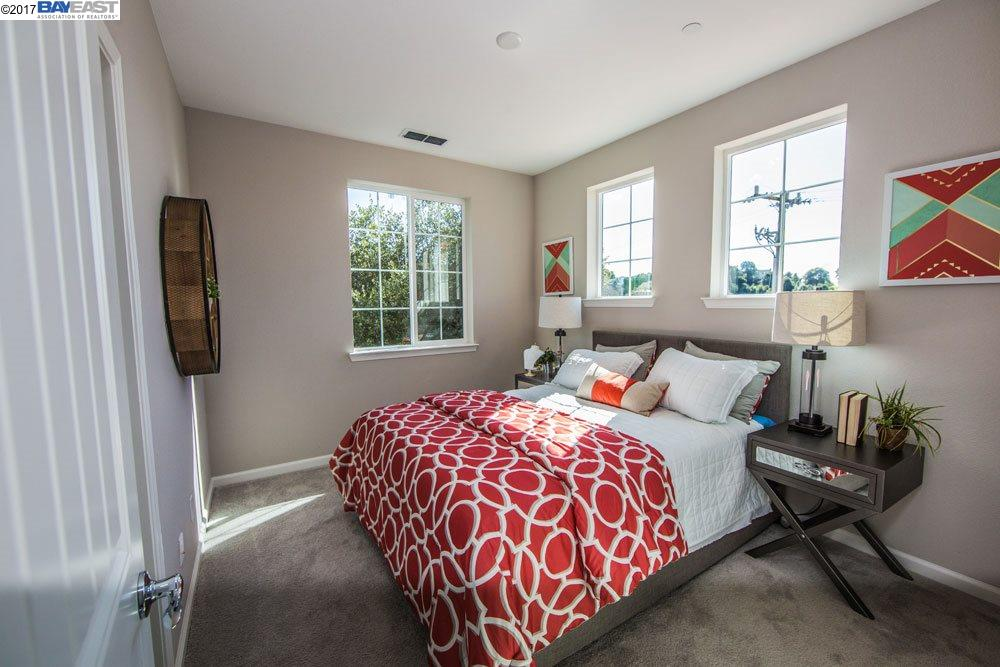 Additional photo for property listing at 26540 Hayward blvd  Hayward, Californie 94542 États-Unis