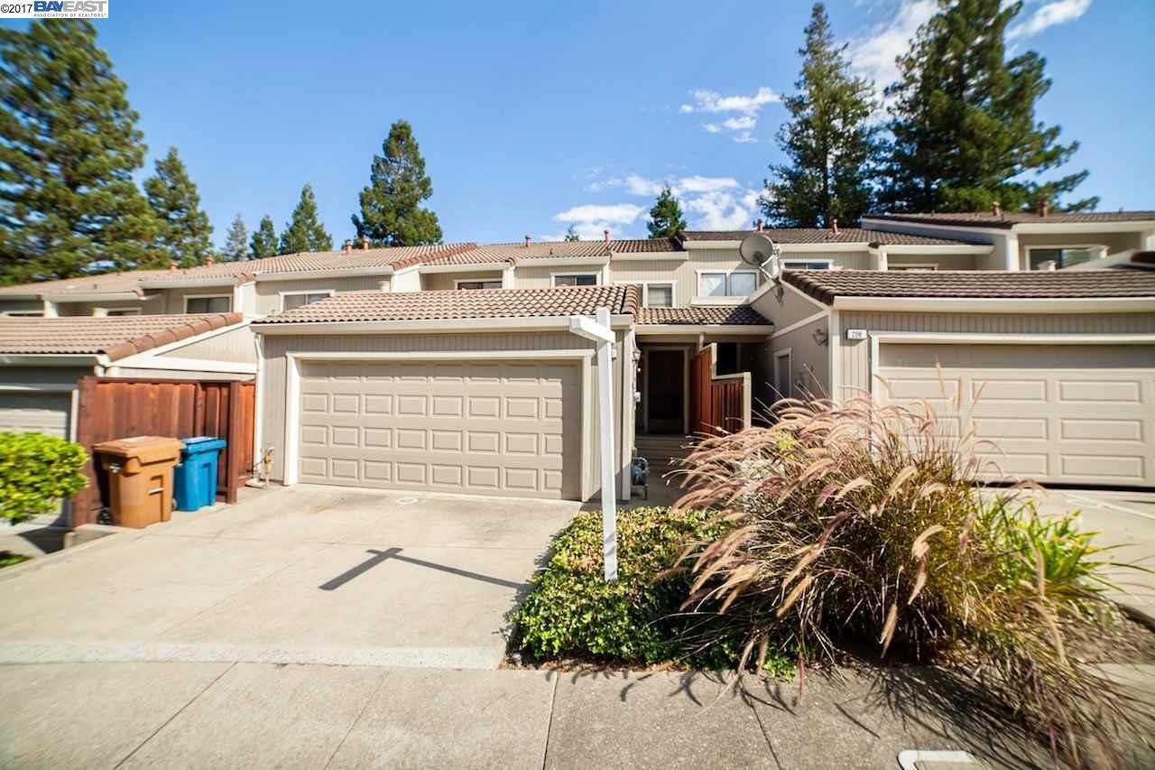 Maison accolée pour l Vente à 208 Buena Vida Court Martinez, Californie 94553 États-Unis