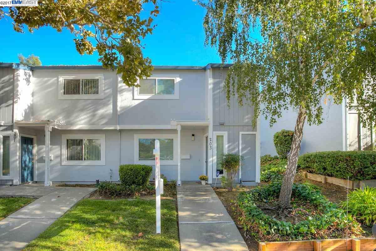 Maison accolée pour l Vente à 203 Arana Drive 203 Arana Drive Martinez, Californie 94553 États-Unis