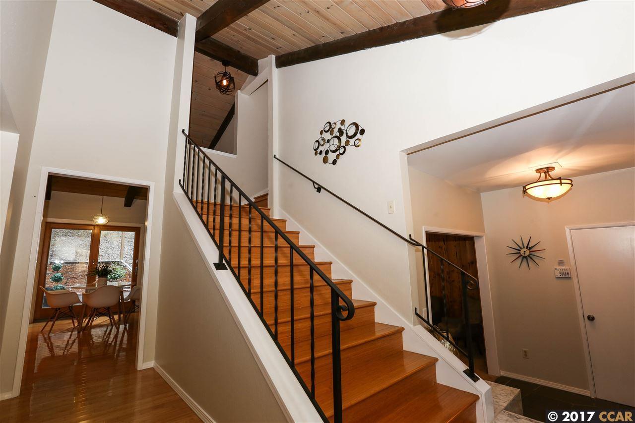 واحد منزل الأسرة للـ Sale في 30 Moraga Via 30 Moraga Via Orinda, California 94563 United States