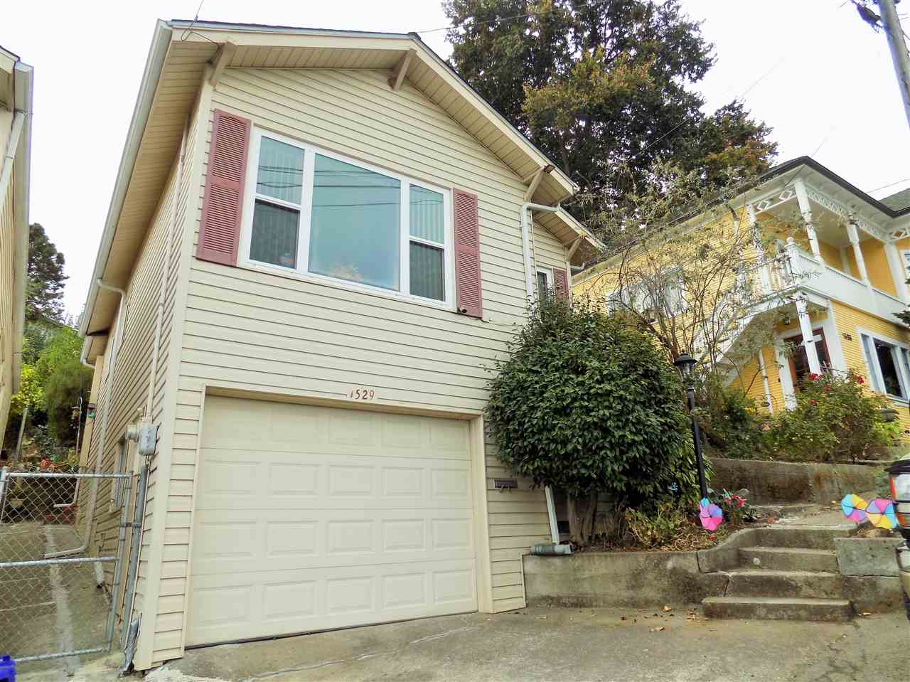獨棟家庭住宅 為 出售 在 1529 Francis Street 1529 Francis Street Crockett, 加利福尼亞州 94525 美國