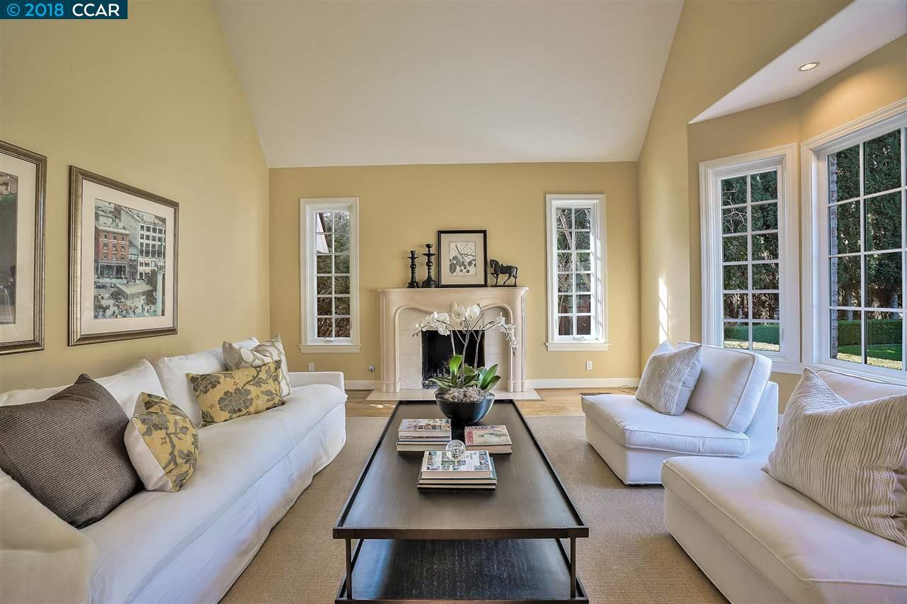 Частный односемейный дом для того Продажа на 53 Merrill Circle 53 Merrill Circle Moraga, Калифорния 94556 Соединенные Штаты