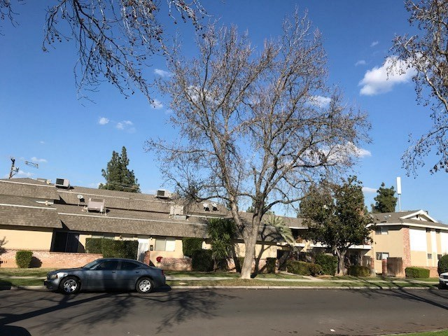 Casa Multifamiliar por un Venta en 3331 E Sierra Madre Avenue 3331 E Sierra Madre Avenue Fresno, California 93726 Estados Unidos
