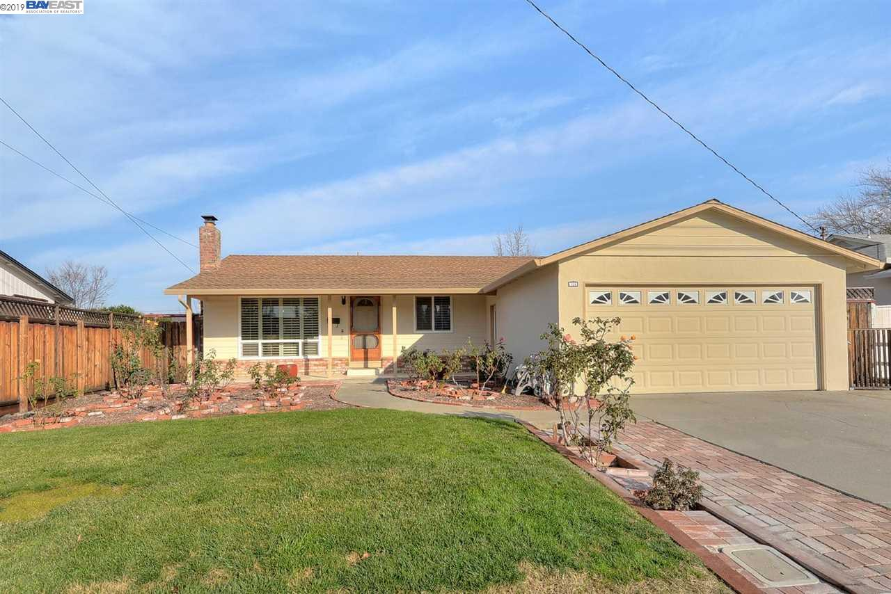 NEW LISTING!!** OPEN HOME SAT. & SUN. JAN. 19TH & 20TH, 1:30- 4:00 PM** SOUTHSIDE LOCATION, WALK TO ALL SCHOOLS, CLOSE TO HWY 84 & DOWNTOWN, REMODELED KITCHEN AND BATHS, SKYLIGHTS, CORIAN COUNTERS, GLEAMING LAMINATE FLOORING, RECESSED LIGHTING, LARGE DINING AREA, LARGE PATIO WITH HOT TUB, COVERED PORCH IN FRONT, WILL NOT LAST!!