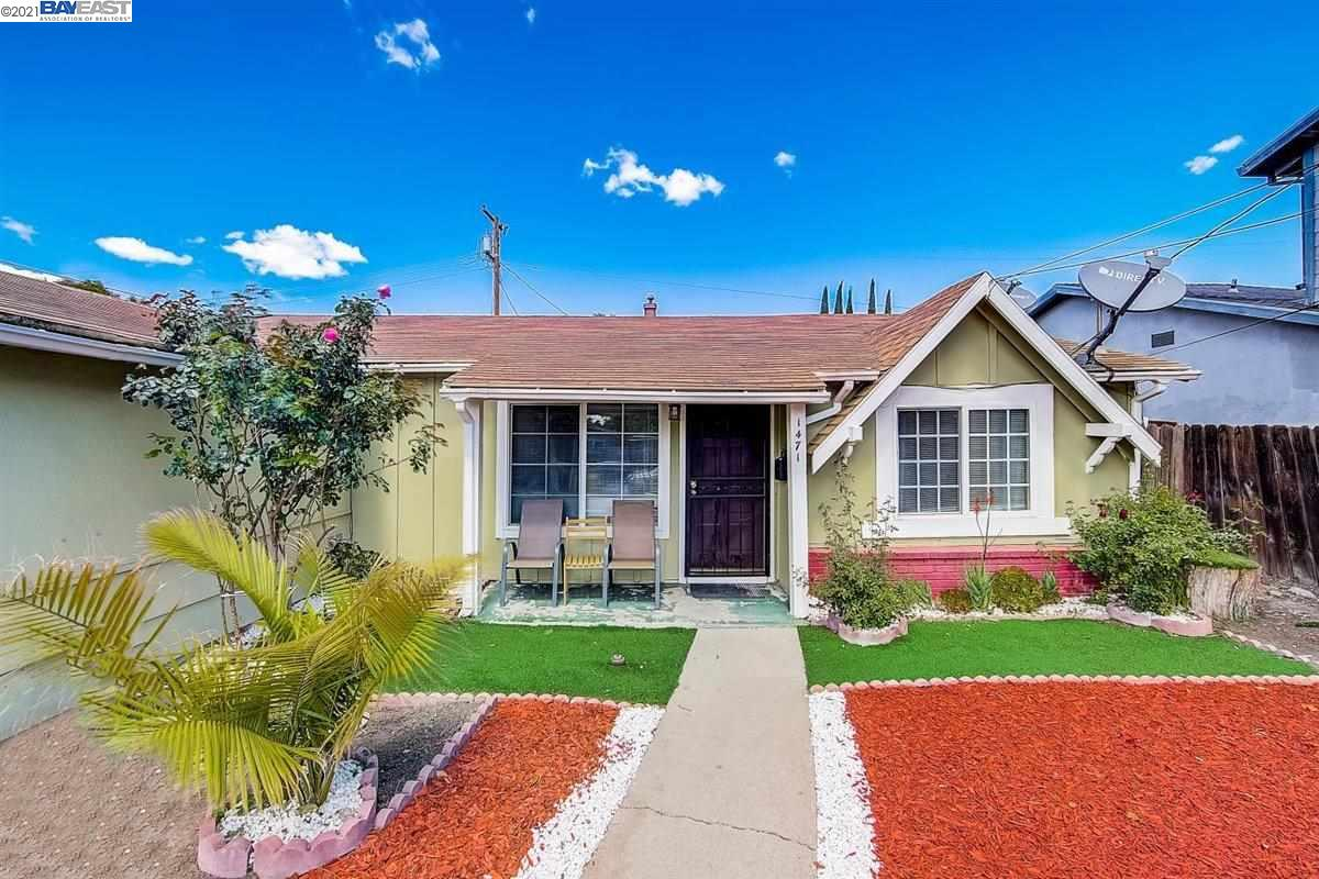 Concord charmer in excellent location! 3 bedrooms with 2 bathrooms. Nice sized closets. Tiled floor in spacious great room, separate eating area off kitchen. Gas range and double ovens! Bonus living space in screened in sunroom. Backyard boasts fruit trees, and lots of room to roam.